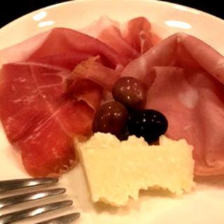 生ハムとオリーブ、チーズの盛り合わせ(ラモーネ (LAMONE))