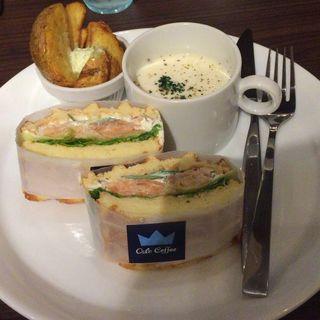 ノルウェースモークサーモンと北欧クリームチーズのサラダサンド (オスロ コーヒー 横浜ザ・ダイヤモンド店 (OSLO COFFEE))
