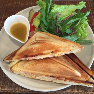 ハム・チーズ、たまごサラダのホットサンド(Saji (サイ))