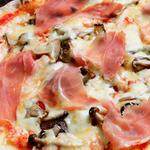 キノコと生ハムのチーズピッツァ