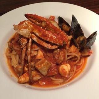 渡り蟹と魚介のトマトソースパスタ(イタリアン&BAR アトリエ)