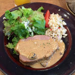 豚肩ロースのロースト シャンピニオン クリームソース +麦と彩り野菜のマリネサラダ