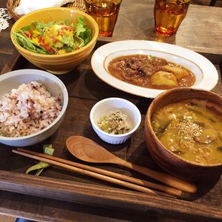 本日のお肉料理(雑穀ごはん、本日のデリ、彩りサラダ、具だくさんスープ)