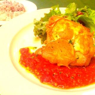 スカモツァチーズのせ鶏モモ肉のオーブン焼き(ソーセージレストランSMOKY)