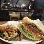 鯖サンドイッチ(左) BLT サンドイッチ(右)(BASEMENT coffee&sandwiches)