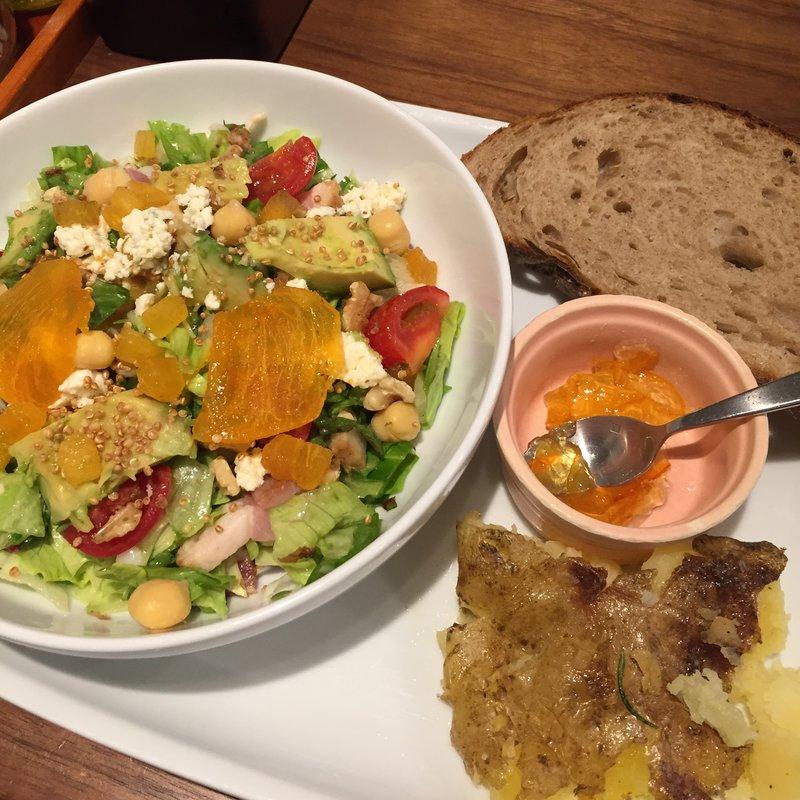茶豆と柿、キヌアのチョップドサラダ プレート