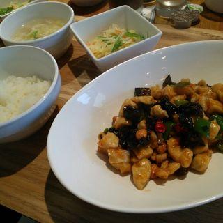 日替わりランチ 鶏肉とナッツの甘辛炒め(さくらカフェひたち )