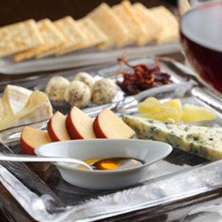 4種類のチーズ盛り合わせ~厳選したハチミツと共に~(Sato BAR (サトーバー))
