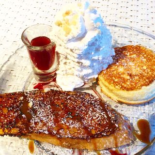 フレンチトーストとハワイアンリコッタパンケーキ ハーフ&ハーフ(ホナカフェ糸島 ビーチリゾート )