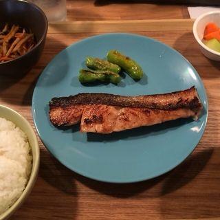 お魚定食(ご飯・お味噌汁・小鉢・浅漬付)(松と枝)