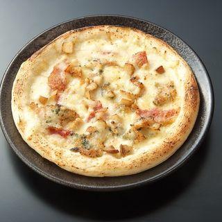 キングのハーブチキンとサラミ、きのこのピッツァ