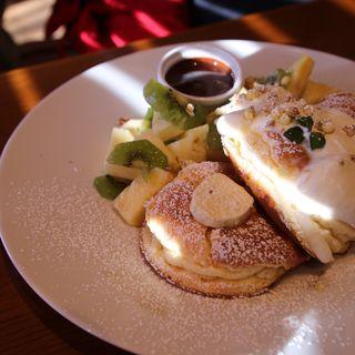 パイナップル&キウイのパンケーキ ホットチョコレートソース(湘南pancake 江ノ島店)