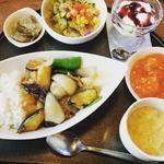 月替わりセット ナスと豚肉の生姜焼き (サラダ ザーサイ 玉子スープ エビチリ 杏仁豆腐ブルーベリーソース)