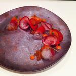秋鮭といくら、フルーツトマトのソース