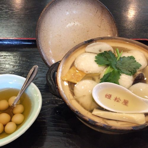 具雑煮 島原名物で、老舗の姫松屋さんの具雑煮は有名です。島原の乱の天草四郎の兵糧食だったそうです。 穴子や御坊など十数種類の具材から出る出汁が美味しいです🍲 寒ざらしは白玉団子に蜂蜜や砂糖を使った蜜がかかって、あっさりツルンといただけます。