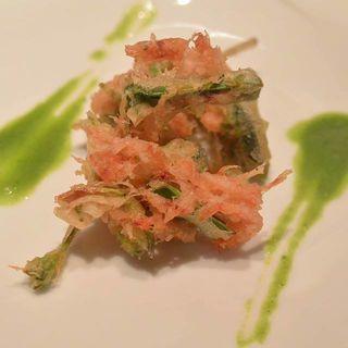 駿河湾産生の桜海老と色々な山菜のフリット セリのソース