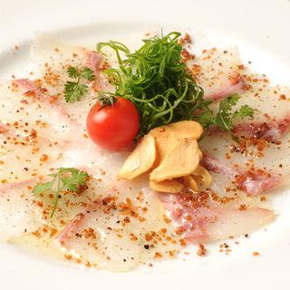 カンパチのカルパッチョ(うふふ 新宿住友ビル店 炭火焼・熔岩焼 SUMIBI DINING)