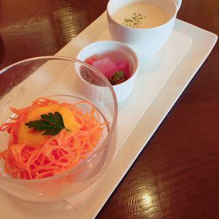 ランチセットのサラダとスープとピクルス(Brasserie 雪乃下 (ブラッセリーユキノシタ))