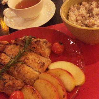 青森県産津軽鶏と林檎の香草焼き(文房具カフェ )