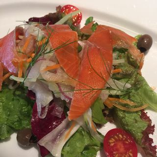 Mixed Leaves salad with Salmon (ラ クッチーナ (la cucina))