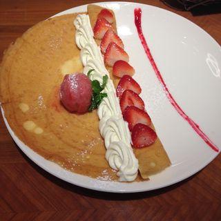 苺と二種類のクリームと苺アイス添え(クレープリー ル ブール ノワゼット (CREPERIE Le Beurre Noisette))