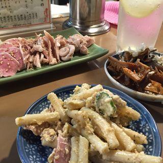 マカロニサラダ肉刺し煮込み(もつ焼き ウッチャン 新宿思い出横丁 )