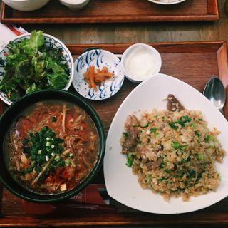 豚肉炒飯とサンラー揚げ麺スープ(シャンニーカフェ (Xiang ni cafe))