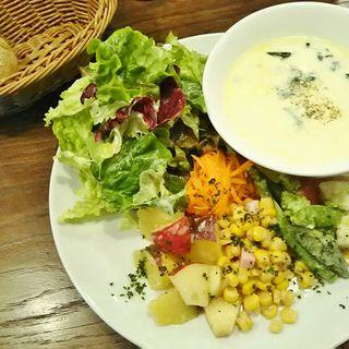 真ダラとほうれん草とお野菜のクリームスープとサラダのプレート(Tocci (トッチ))