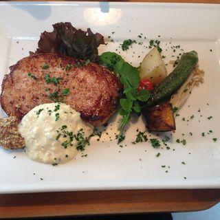 ハーブ豚ロースの自家製ハムステーキ マスタードとタルタル添え(ワレット カフェ )