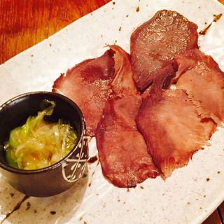 燻製牛タンの炙りにウマ塩ネギを乗せて(煙 燻製バル トリベーネ 心斎橋店 (ケムリクンセイバルトリベーネ))