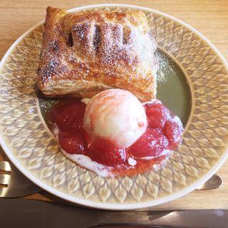 オーガニックチョコバナナパイ 〜自家製バニラアイス&苺ソース添え〜(カフェくらた)