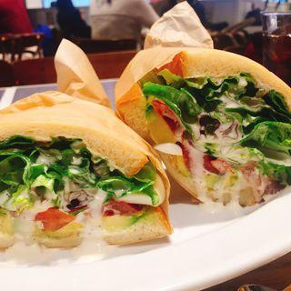 海老とアボカドのサンドイッチ