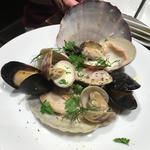 ホタテ貝、ムール貝、ハマグリ、アサリの白ワイン蒸し