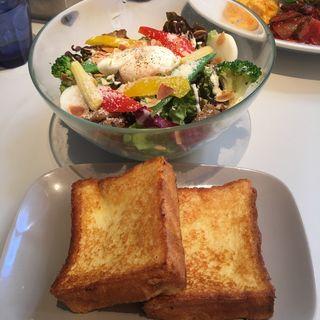 Brioche French Toast Brunch(6種の野菜とスパイシーグリルチキンのサラダ ポーチドエッグ添え パルメザンドレッシング)(エムハウス(M HOUSE))