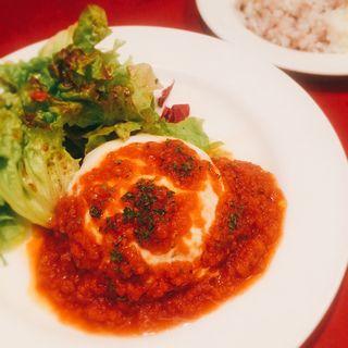 モッツアレラチーズのせ、シンプルなトマトソースハンバーグ(ソーセージレストランSMOKY)