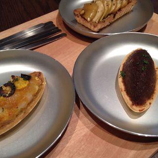 色々タルト(炒め玉ねぎ、ブルーチーズ&りんご、柑橘系)(What a Tart! (ワタァタルト))