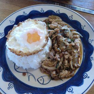 お肉と野菜バジル炒め目玉焼きのせ (cafe遊帆)