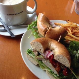 グリルチキンのバジルソースサンド(ジュノエスク・ベーグル・カフェ 自由が丘店 (JUNOESQUE BAGEL CAFE))