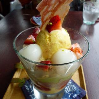 苺と茶豆のずんだクリーム入りフレジェのパフェスタイル ダコワーズと南瓜アイス入り(カフェ中野屋)