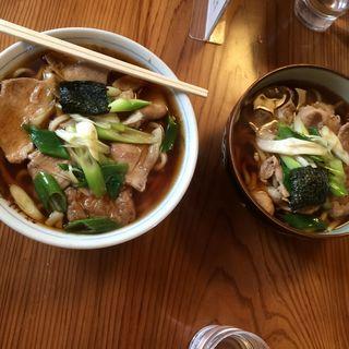 肉うどん 大盛りと普通盛り(笹川食堂 )