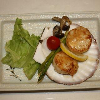 季節の会席 焼き物(ホタテのバター焼き)(割烹 魚チ)