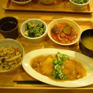 鶏肉のなめこおろし煮定食 (日替わり定食)(丸の内タニタ食堂)