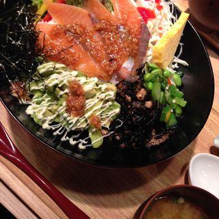 サーモンとアボガドのしょうゆ麹丼(築地食堂 源ちゃん)