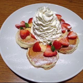 ストロベリー&バナナホイップパンケーキ(ラナイ カフェ イオンモール名古屋茶屋店)