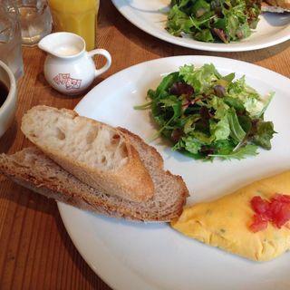 ブレックファーストセット : オムレツまたはスクランブルエッグ、オレンジジュース、コーヒー (ボウル)(ル・パン・コティディアン)