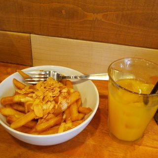 プーティン プレーン と オレンジジュース(Robson Fries)