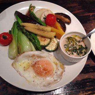 焼き野菜と半熟卵のバーニャカウダ(ピエーノデチーボ)