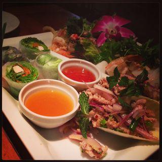 ラープムーン、ヤムウンセンの前菜盛り合わせ(One Dish Thai 渋谷宮益坂店)