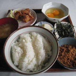 卵かけご飯大盛 唐揚げ鶏そぼろトッピング(弁天の里)