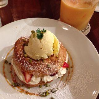 苺とプラリネクリームのパリブレスト(カフェ&ブックス ビブリオテーク 大阪・梅田 (café & books bibliotheque))